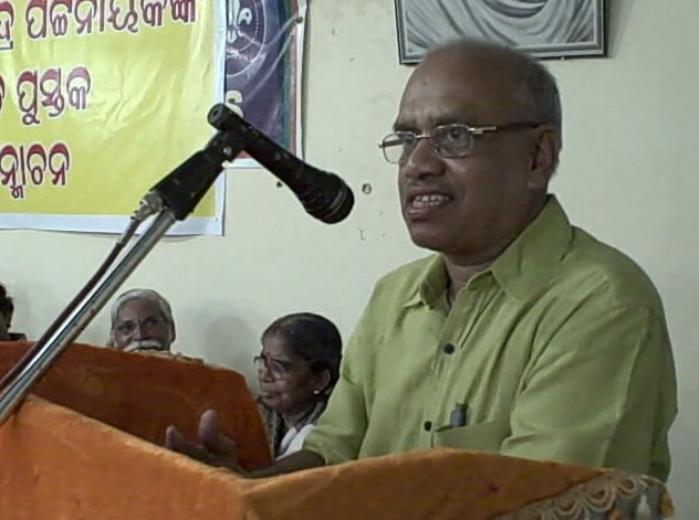 Adhyapak Biswranjan speaking on the uniqueness of the book
