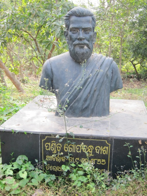 abandoned statue of gopabandhu 1