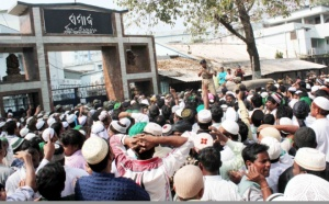Muslim protest before samaja office
